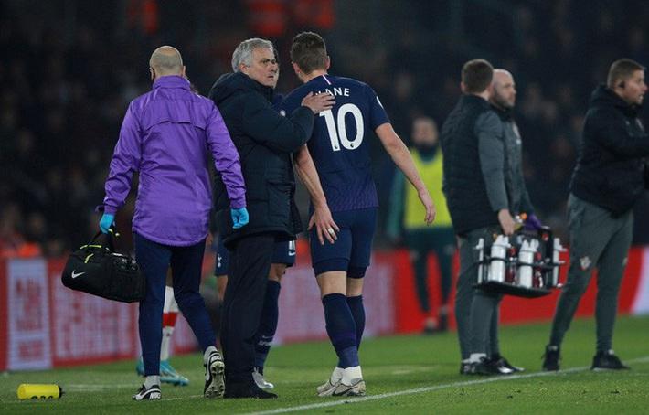 HLV Mourinho nói gì khi bị trọng tài phạt thẻ? - Ảnh 4.