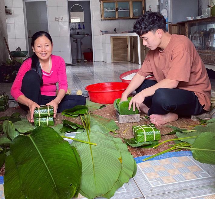 Trần Minh Vương kể chuyện đưa Việt kiều Mỹ về Thái Bình đón Tết, khoe cùng mẹ gói bánh chưng - Ảnh 2.
