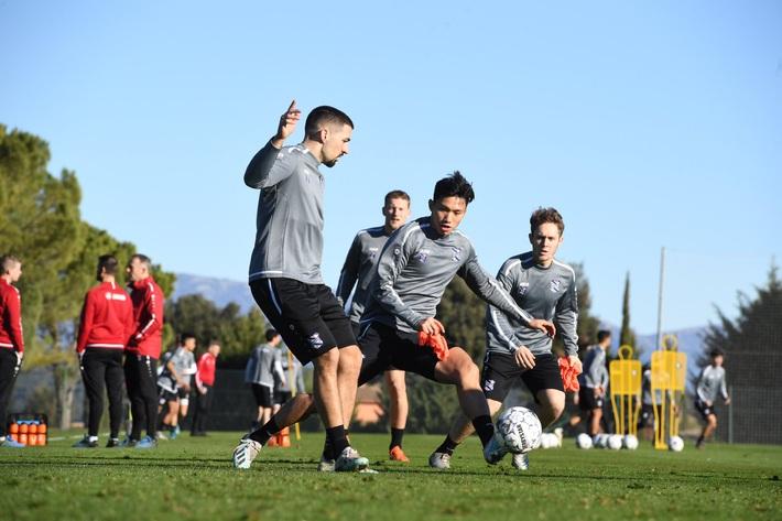 Heerenveen chốt lịch thi đấu, Văn Hậu có thể ra sân cùng ngày cùng giờ với U23 Việt Nam - Ảnh 1.