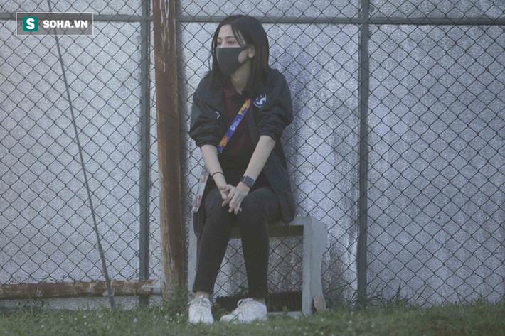 Hot girl dẫn đoàn U23 châu Á ngại ngùng, tránh lộ mặt sau sự nổi tiếng bất ngờ ở Việt Nam - Ảnh 2.