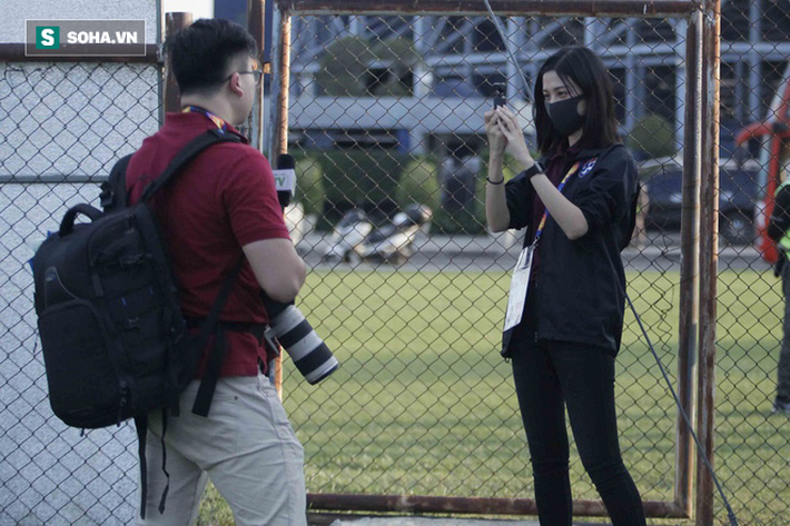 Hot girl dẫn đoàn U23 châu Á ngại ngùng, tránh lộ mặt sau sự nổi tiếng bất ngờ ở Việt Nam - Ảnh 3.