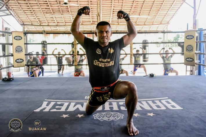 """Võ lâm Thái Lan tranh cãi khi nhiều đấu sĩ cùng quỳ lạy """"Thánh Muay Thái"""" Buakaw - Ảnh 3."""