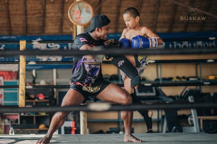 """Võ lâm Thái Lan tranh cãi khi nhiều đấu sĩ cùng quỳ lạy """"Thánh Muay Thái"""" Buakaw - Ảnh 4."""