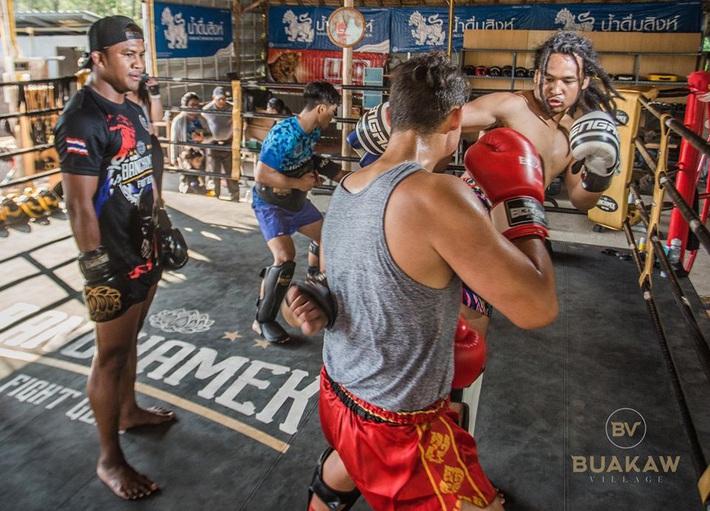 """Võ lâm Thái Lan tranh cãi khi nhiều đấu sĩ cùng quỳ lạy """"Thánh Muay Thái"""" Buakaw - Ảnh 5."""