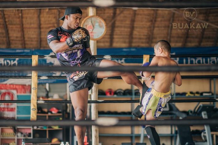 """Võ lâm Thái Lan tranh cãi khi nhiều đấu sĩ cùng quỳ lạy """"Thánh Muay Thái"""" Buakaw - Ảnh 10."""