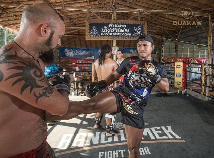 """Võ lâm Thái Lan tranh cãi khi nhiều đấu sĩ cùng quỳ lạy """"Thánh Muay Thái"""" Buakaw - Ảnh 8."""