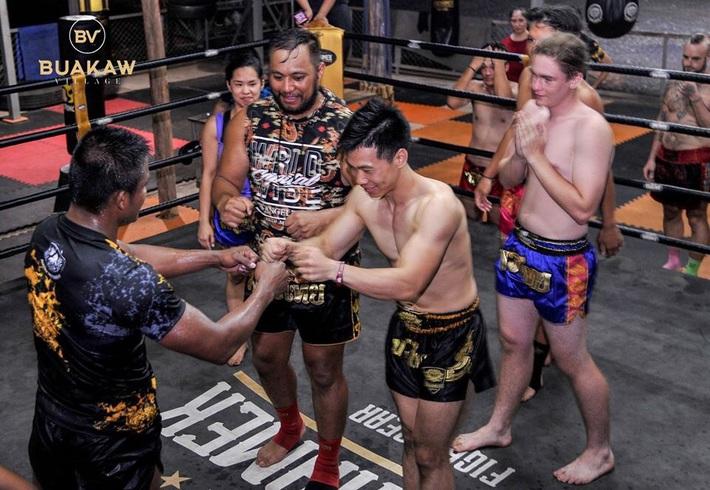 """Võ lâm Thái Lan tranh cãi khi nhiều đấu sĩ cùng quỳ lạy """"Thánh Muay Thái"""" Buakaw - Ảnh 11."""