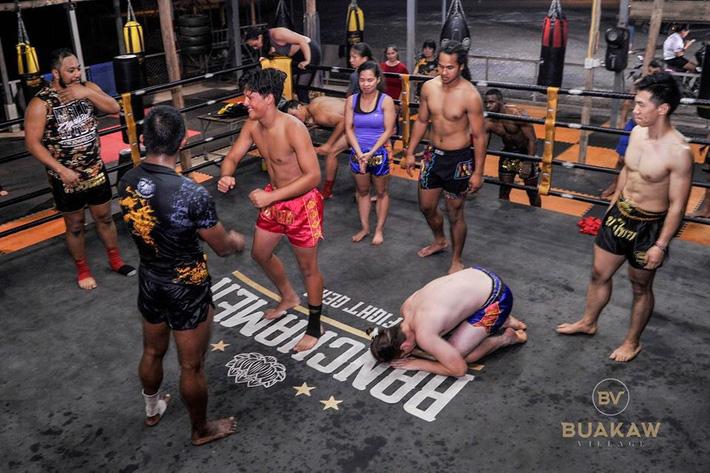 """Võ lâm Thái Lan tranh cãi khi nhiều đấu sĩ cùng quỳ lạy """"Thánh Muay Thái"""" Buakaw - Ảnh 2."""