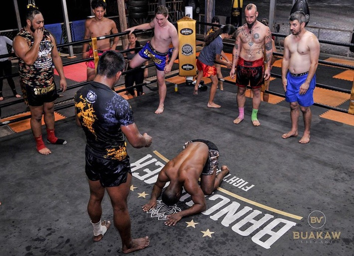 """Võ lâm Thái Lan tranh cãi khi nhiều đấu sĩ cùng quỳ lạy """"Thánh Muay Thái"""" Buakaw - Ảnh 7."""