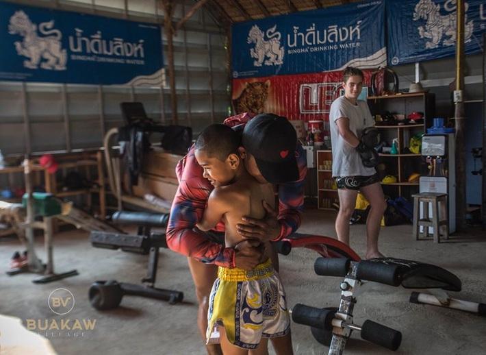 """Võ lâm Thái Lan tranh cãi khi nhiều đấu sĩ cùng quỳ lạy """"Thánh Muay Thái"""" Buakaw - Ảnh 12."""