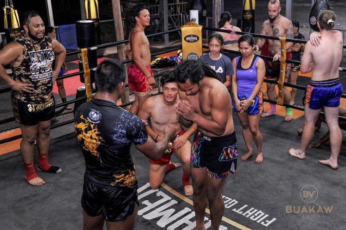 """Võ lâm Thái Lan tranh cãi khi nhiều đấu sĩ cùng quỳ lạy """"Thánh Muay Thái"""" Buakaw - Ảnh 13."""