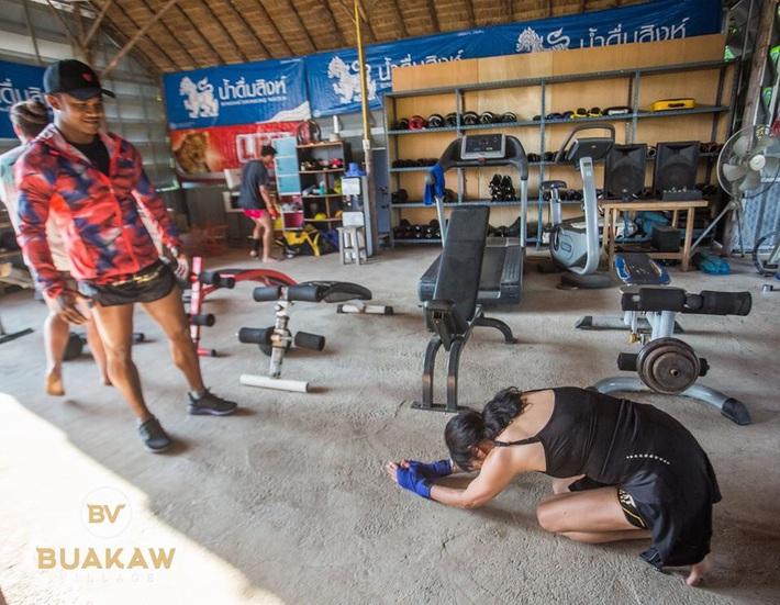 """Võ lâm Thái Lan tranh cãi khi nhiều đấu sĩ cùng quỳ lạy """"Thánh Muay Thái"""" Buakaw - Ảnh 9."""