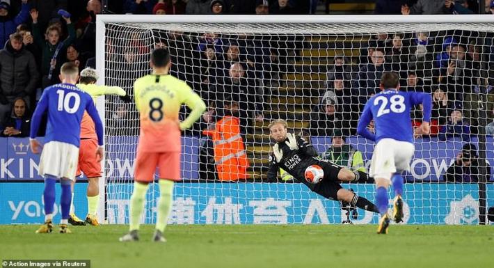 Vòng 27 Ngoại hạng Anh: Aguero đá hỏng phạt đền, Man City nhọc nhằn đánh bại Leicester City - Ảnh 1.