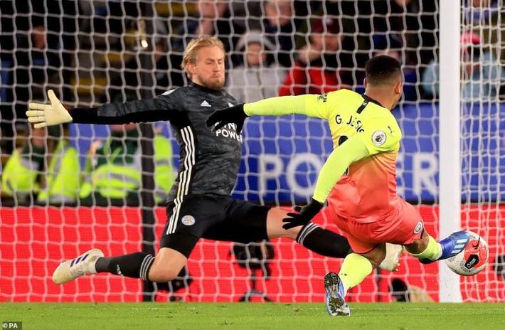 Vòng 27 Ngoại hạng Anh: Aguero đá hỏng phạt đền, Man City nhọc nhằn đánh bại Leicester City - Ảnh 2.