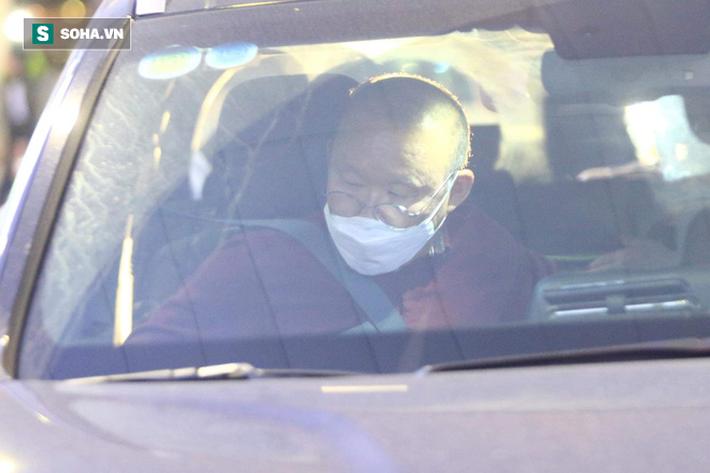 Từ Hàn Quốc trở về, HLV Park Hang-seo được kiểm tra y tế kỹ càng tại sân bay Nội Bài - Ảnh 1.