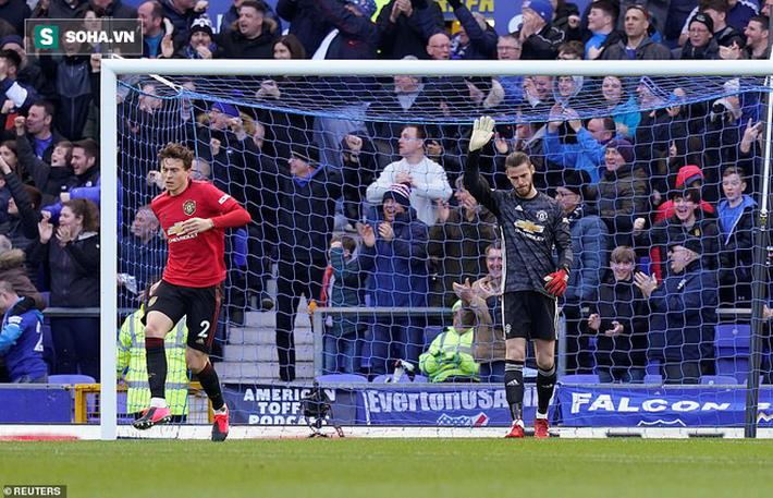 Bruno Fernandes giải cứu De Gea, Man United thoát chết trong gang tấc ở phút bù giờ - Ảnh 1.