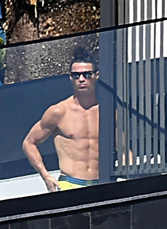 Rời Italia về BĐN tránh dịch Covid-19, Ronaldo bị chỉ trích vì gian dối và làm gương xấu - Ảnh 1.