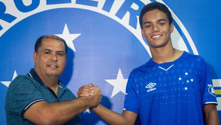 Chối từ cha đẻ, con trai duy nhất của Ronaldinho lập danh dưới mái nhà của Ronaldo - Ảnh 2.