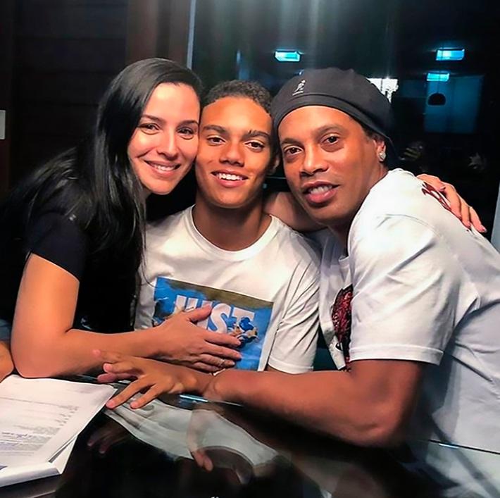 Chối từ cha đẻ, con trai duy nhất của Ronaldinho lập danh dưới mái nhà của Ronaldo - Ảnh 4.