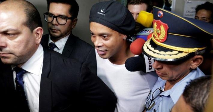 Bạn thân tiết lộ góc khuất phía sau nụ cười giữa cảnh ngục tù của Ronaldinho - Ảnh 1.