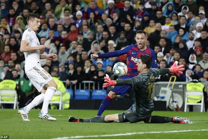 Messi mờ nhạt, Real Madrid thổi bay Barcelona nhờ cặp truyền nhân Ronaldo - Ảnh 1.