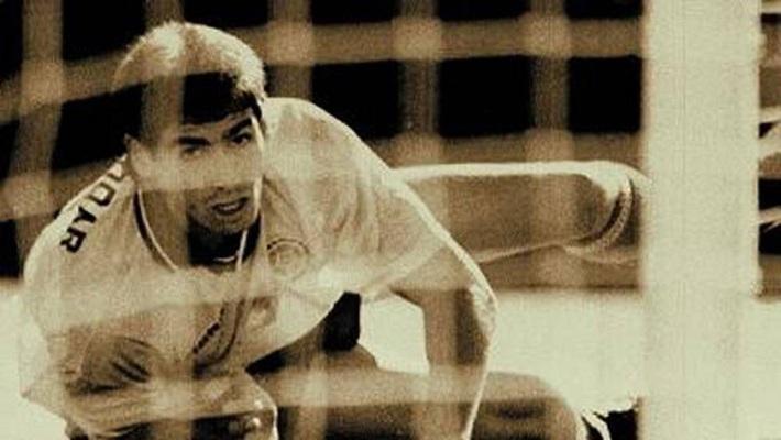 Thủ môn kỳ dị nhất lịch sử bóng đá thế giới: Cú đá bọ cạp và án tù vì trùm ma túy Escobar - Ảnh 7.