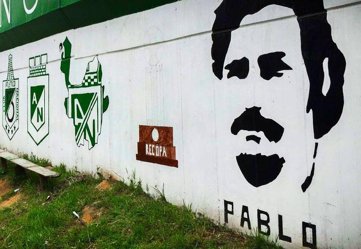 Thủ môn kỳ dị nhất lịch sử bóng đá thế giới: Cú đá bọ cạp và án tù vì trùm ma túy Escobar - Ảnh 6.
