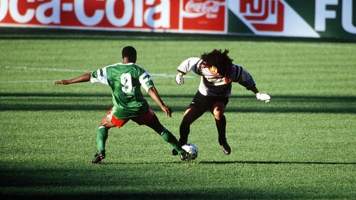 Thủ môn kỳ dị nhất lịch sử bóng đá thế giới: Cú đá bọ cạp và án tù vì trùm ma túy Escobar - Ảnh 5.