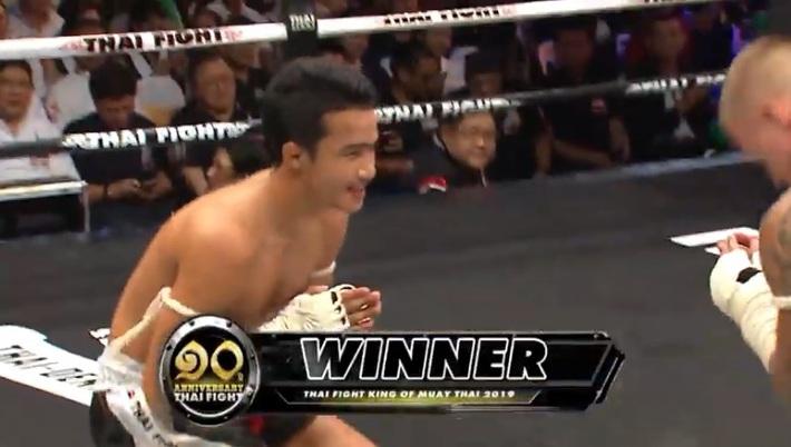 """Ra đòn tới tấp, võ sĩ Thái Lan đánh cùi chỏ trúng cổ """"kết liễu"""" đối thủ sau 1 phút - Ảnh 2."""