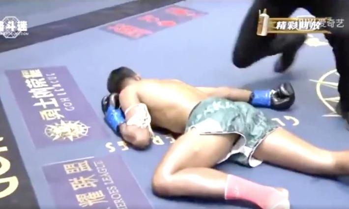"""Bị chọc tức, """"mãnh hổ"""" làng võ Trung Quốc cay cú, đá cho đấu sĩ Thái Lan sùi bọt mép - Ảnh 3."""