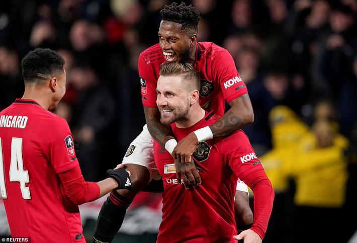 Rooney ôm mặt thất vọng, Man United đại thắng nhờ sát thủ trở về từ Trung Quốc - Ảnh 2.