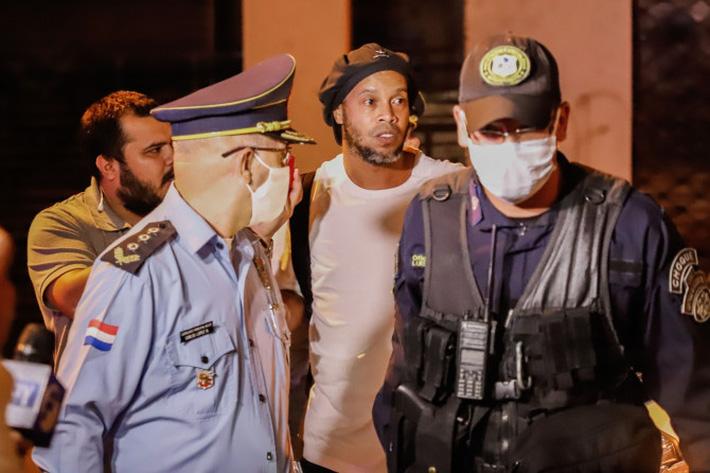 Bạn tù tổ chức đại tiệc, ôm nhau khóc trong ngày Ronaldinho được rời nhà giam - Ảnh 1.