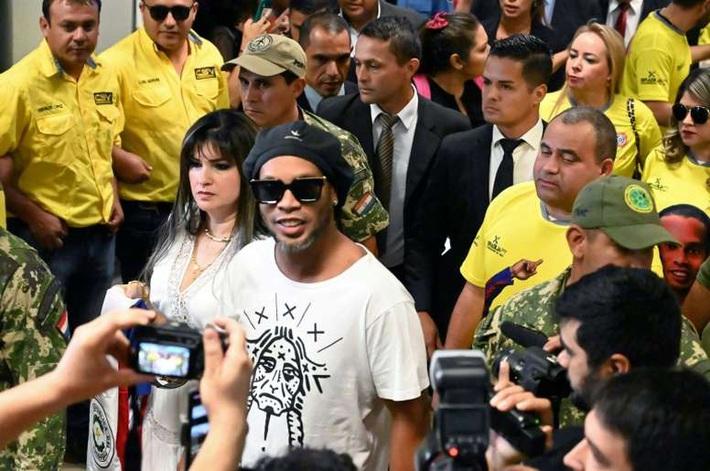 Ronaldinho ngốc lắm, nơi duy nhất cậu ta phạm pháp được là sân bóng - Ảnh 1.