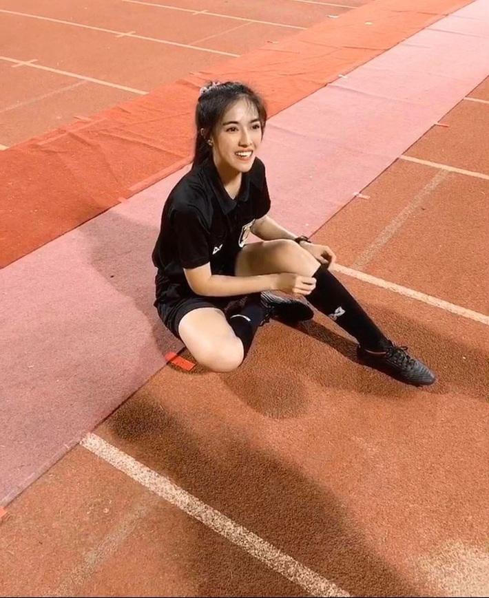 Nữ trọng tài xinh đẹp khiến báo Thái Lan mê mẩn, không ngớt lời ca ngợi - Ảnh 5.