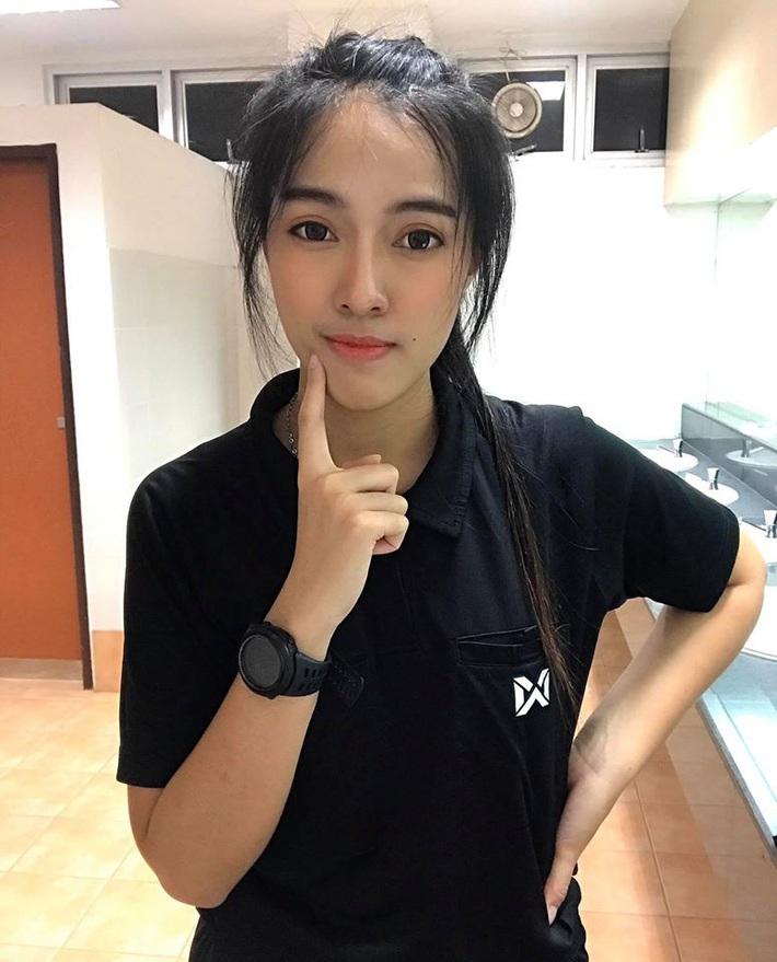 Nữ trọng tài xinh đẹp khiến báo Thái Lan mê mẩn, không ngớt lời ca ngợi - Ảnh 15.