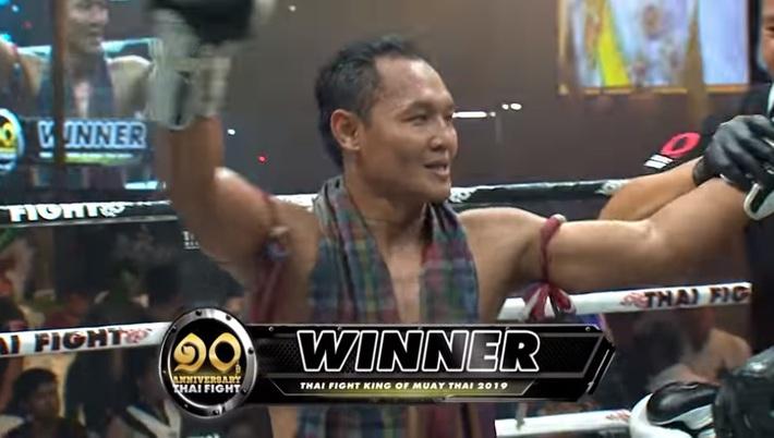 """Trót dại thách thức """"Vua"""" Saenchai, võ sĩ Muay Thái dính đòn lên gối túi bụi rồi gục ngã - Ảnh 2."""