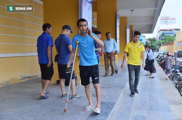 Cụ ông 90 tuổi đội nắng xếp hàng, CĐV Nam Định chống nạng, chui rào mua vé trận gặp HAGL - Ảnh 8.