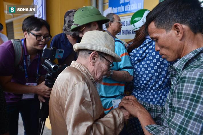 Cụ ông 90 tuổi đội nắng xếp hàng, CĐV Nam Định chống nạng, chui rào mua vé trận gặp HAGL - Ảnh 5.
