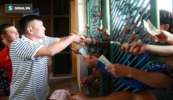 Cụ ông 90 tuổi đội nắng xếp hàng, CĐV Nam Định chống nạng, chui rào mua vé trận gặp HAGL - Ảnh 11.