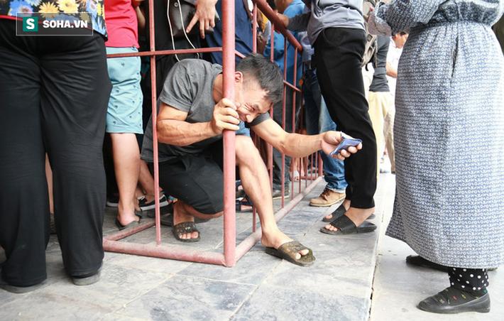 Cụ ông 90 tuổi đội nắng xếp hàng, CĐV Nam Định chống nạng, chui rào mua vé trận gặp HAGL - Ảnh 13.