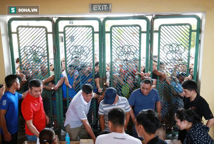Cụ ông 90 tuổi đội nắng xếp hàng, CĐV Nam Định chống nạng, chui rào mua vé trận gặp HAGL - Ảnh 10.