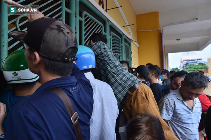 Cụ ông 90 tuổi đội nắng xếp hàng, CĐV Nam Định chống nạng, chui rào mua vé trận gặp HAGL - Ảnh 3.