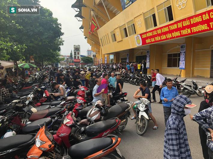 Cụ ông 90 tuổi đội nắng xếp hàng, CĐV Nam Định chống nạng, chui rào mua vé trận gặp HAGL - Ảnh 1.