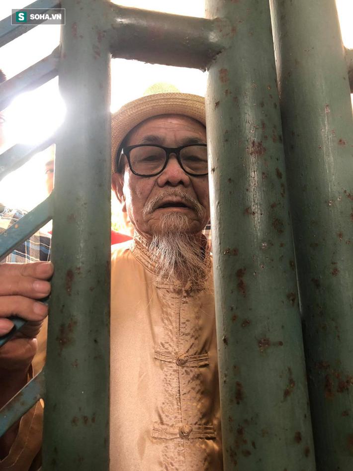 Cụ ông 90 tuổi đội nắng xếp hàng, CĐV Nam Định chống nạng, chui rào mua vé trận gặp HAGL - Ảnh 4.