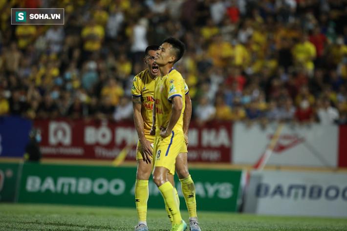 Bỏ lỡ cơ hội làm tung lưới HAGL, cựu cầu thủ U23 VN bị đồng đội mắng xối xả vì đá cẩu thả - Ảnh 2.