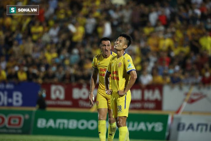 Bỏ lỡ cơ hội làm tung lưới HAGL, cựu cầu thủ U23 VN bị đồng đội mắng xối xả vì đá cẩu thả - Ảnh 3.