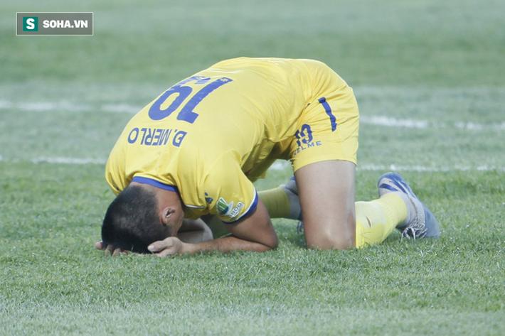 Bỏ lỡ cơ hội làm tung lưới HAGL, cựu cầu thủ U23 VN bị đồng đội mắng xối xả vì đá cẩu thả - Ảnh 7.