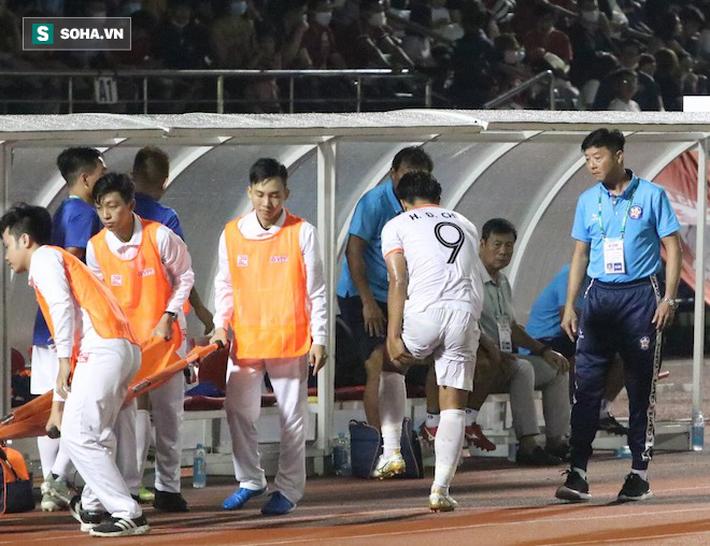 Đức Chinh dính chấn thương phải rời sân sau 20 phút, lỡ cơ hội đối đầu Công Phượng - Ảnh 1.