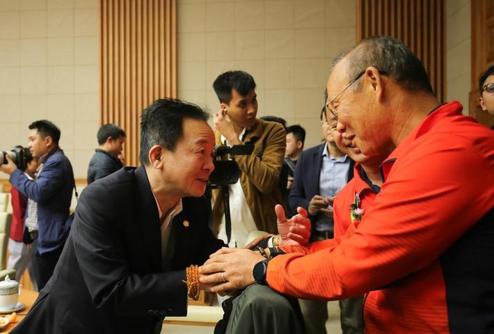 Bất ngờ bắt tay bầu Hiển, thầy Park mới là điểm nhấn trong trận cầu kỳ lạ của Hà Nội - Ảnh 2.