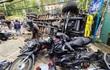 Xe tải chở bia 'trôi' trên phố, ủi bay 17 xe máy
